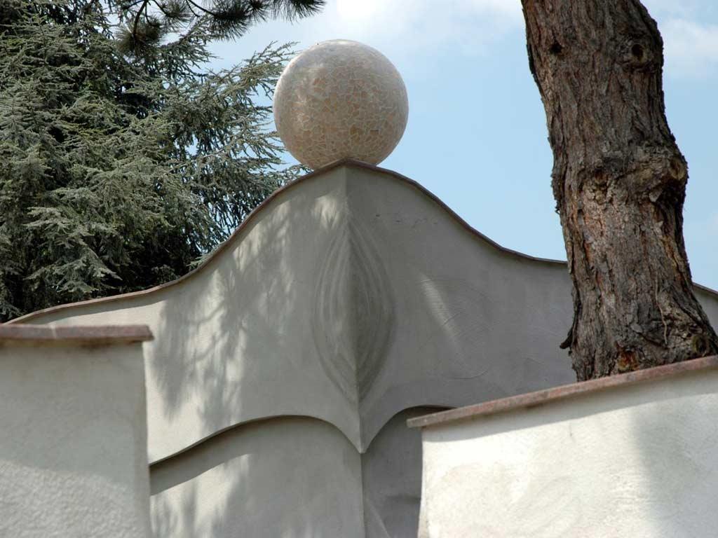 Fassadengestaltung: Marmorkugel mit Marmormosaik als