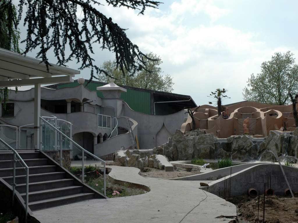 Fassadengestaltung: Während des Baues der Teichanlage