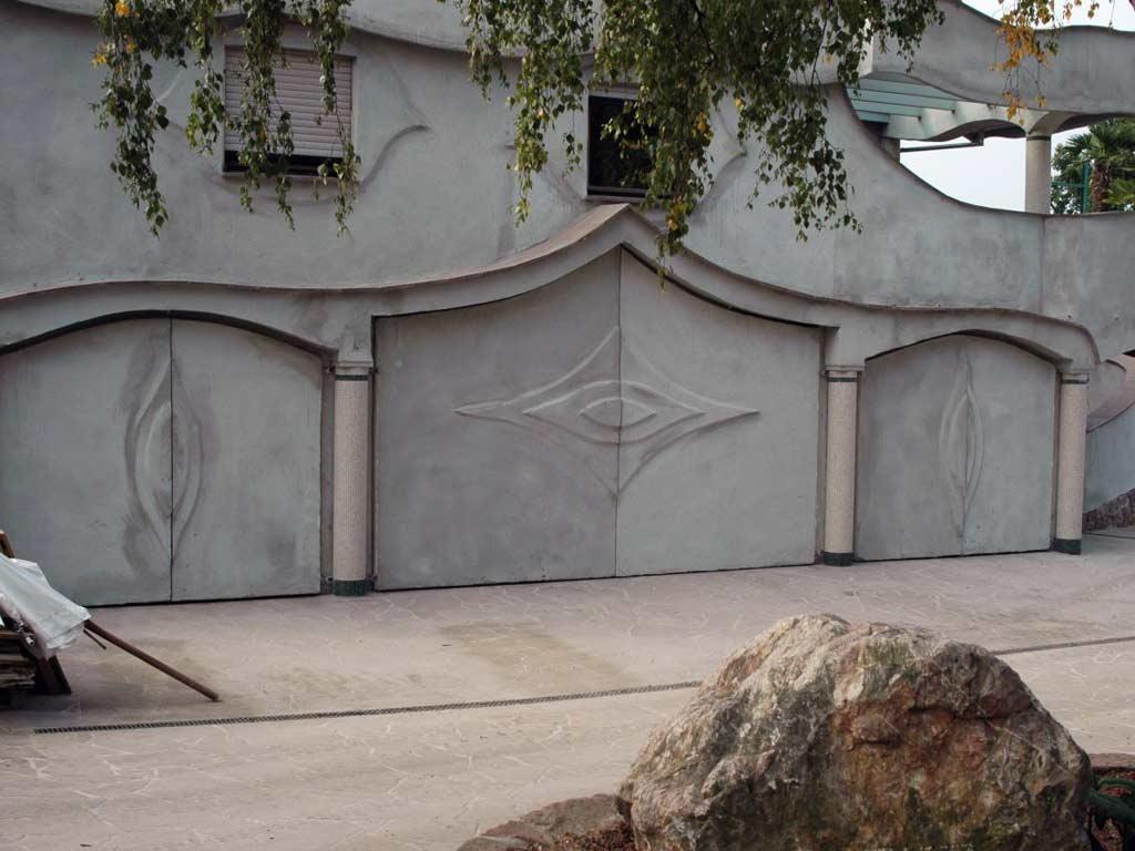 Fassadengestaltung: Die Garagentore wurden dem Stil des Gebäudes angepasst