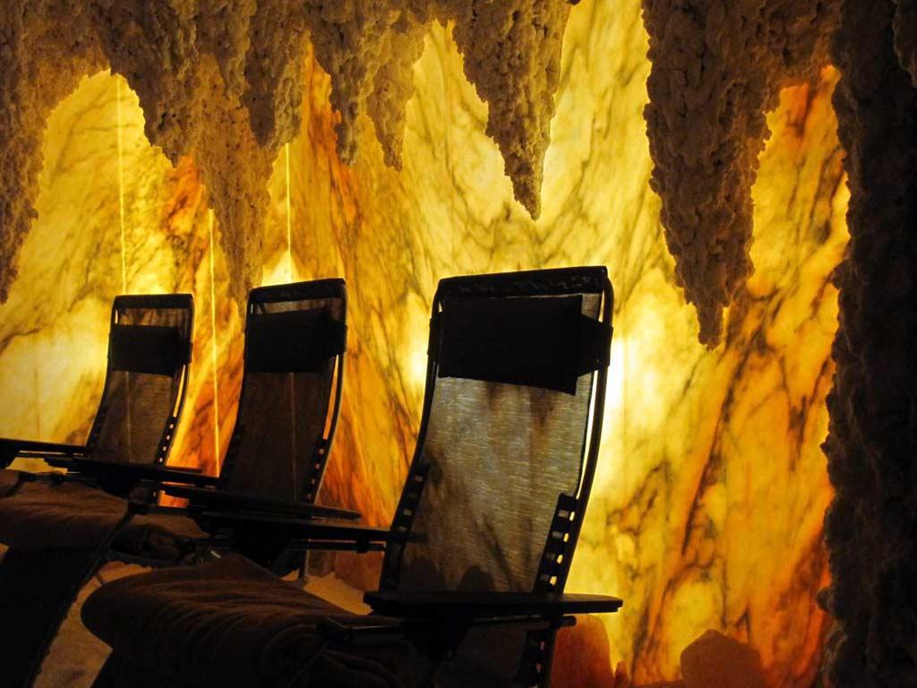 Salzgrotten: Die Energie des hinterleuchteten Marmors spüren