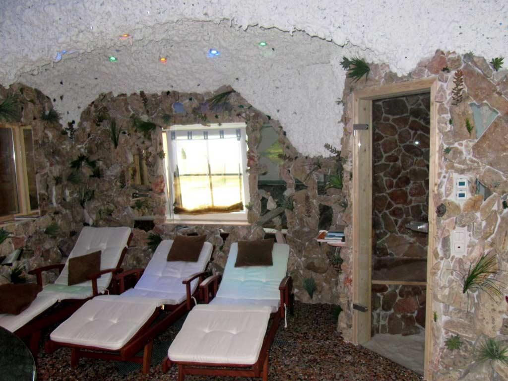 Salzgrotten: Ruhebereich mit angrenzendem Eingang zur Salzgrotte