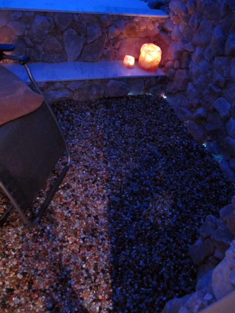 Salzgrotten: Als Bodenbelag verwendete Halbedelsteine in der