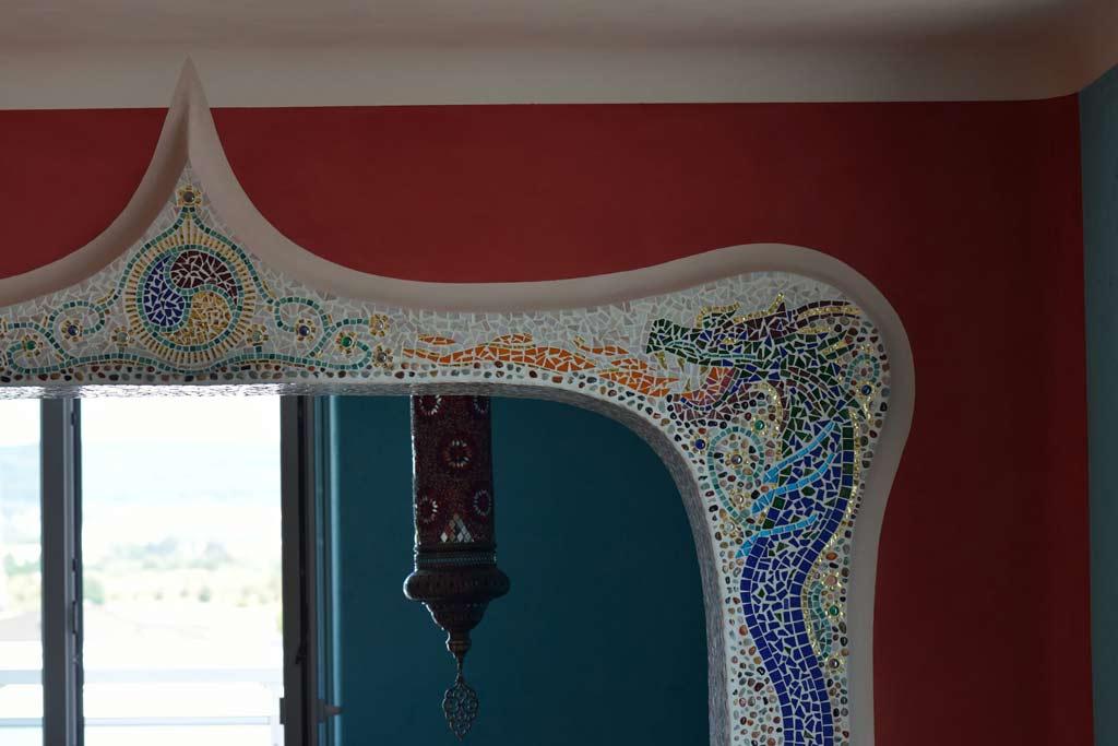 Außergewöhnliche Wohnideen: Farbiger Lehmputz mit plastisch wirkendem Mosaik