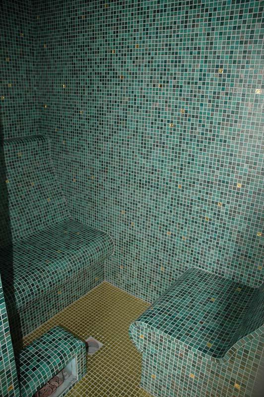 Dampfbäder: Dampfraum mit Mosaik