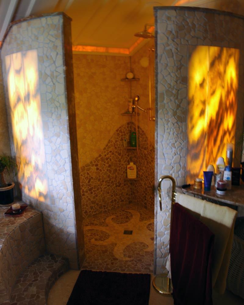 Dusche mit Marmorbruch und hinterleuchtetem Marmor