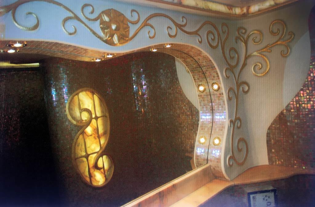 Glasmosaik mit kombiniertem Lehmputz und hinterleuchtetem Marmor
