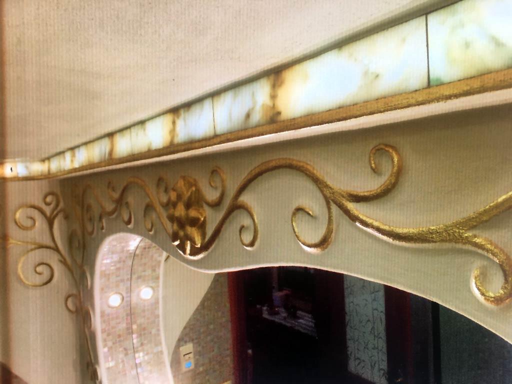 Modellierte Ornamente in einem Luxusbad