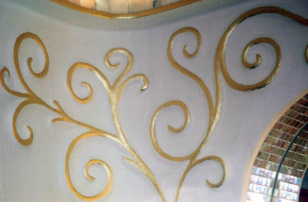 Künstlerisch modellierte Ornamente in einem Marmorbad