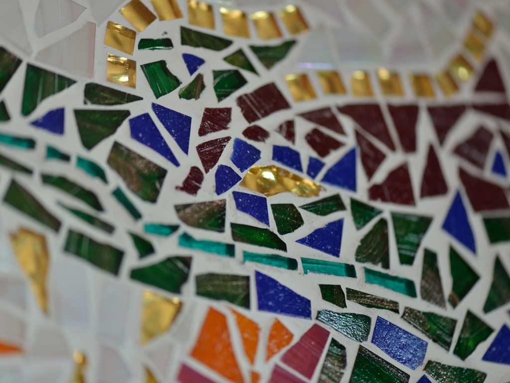 Mosaikkunst: Detailaufnahme von buntem Glasmosaik