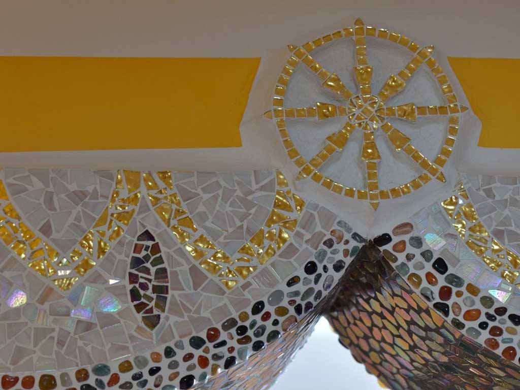 Mosaikkunst: Tibetisches Rad des Gesetzes in Goldmosaik