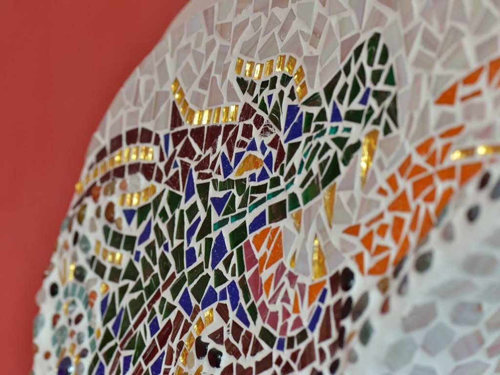 Mosaikkunst: Detailaufnahme des feuerspeienden Drachens