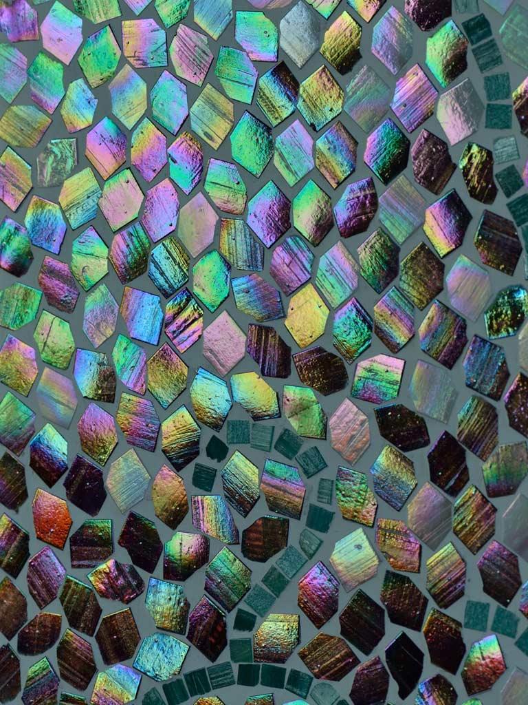 Mosaikkunst: Regenbogenfarben in verlegten Mosaiksteinchen