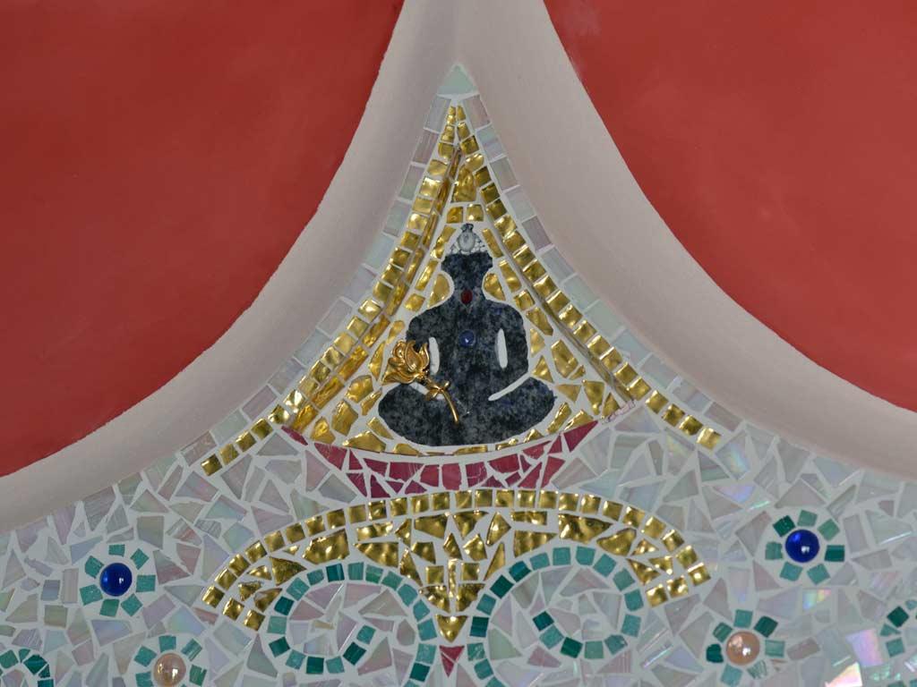 Mosaikkunst: Buddha mit Rose und Edelstein in verlegtem Goldmosaik
