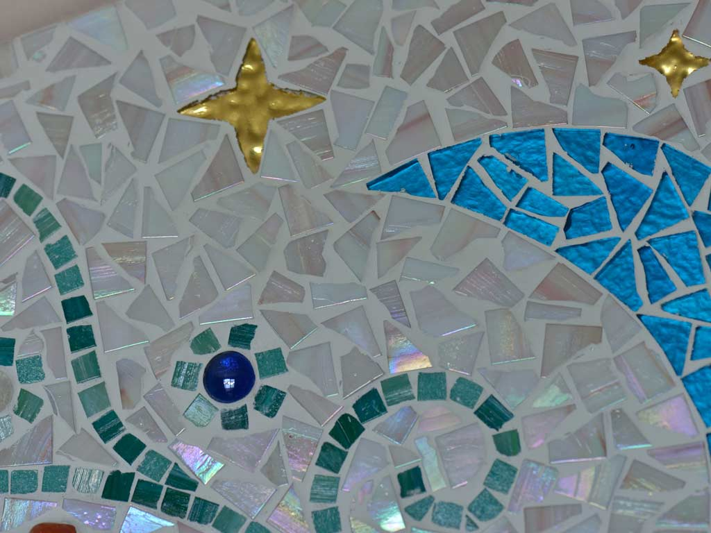 Mosaikkunst: Gebrochenes Glasmosaik kunstvoll verlegt (einzeln)