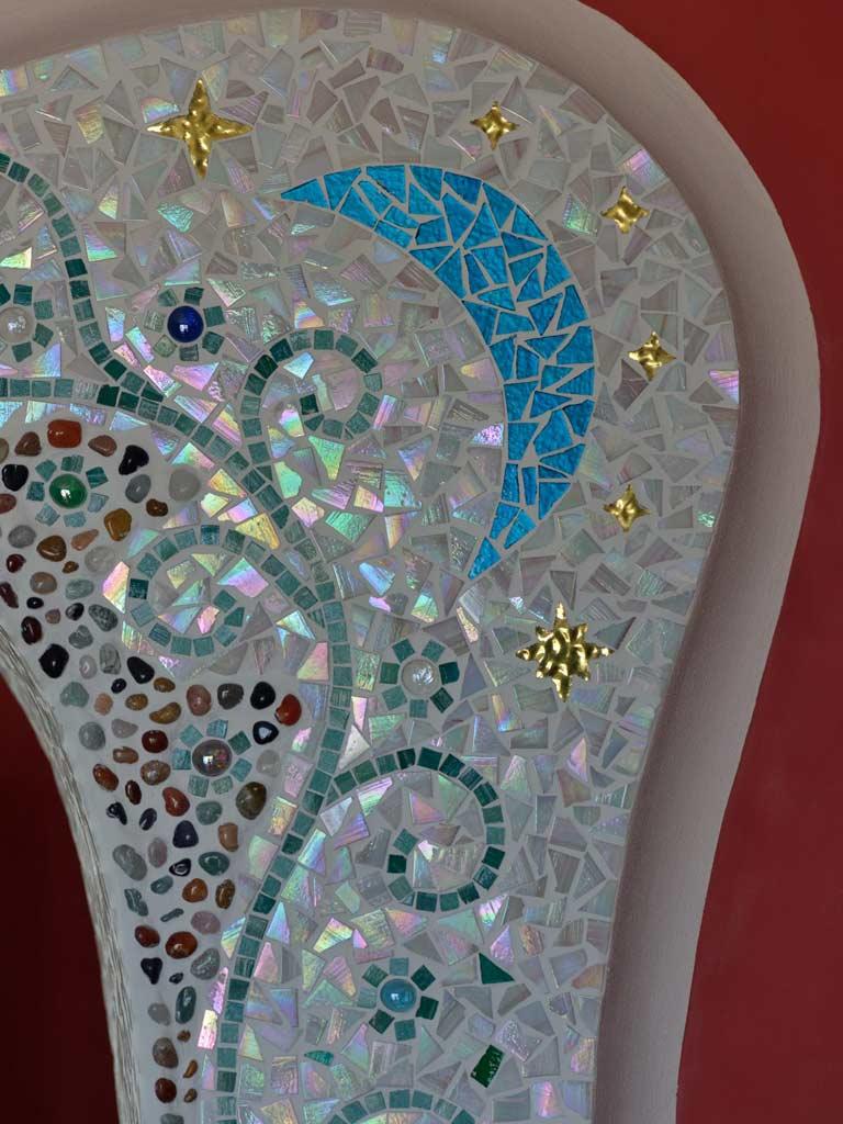 Mosaikkunst: Der blaue Mond (Glasmosaik) mit Sternen (Goldmosaik)