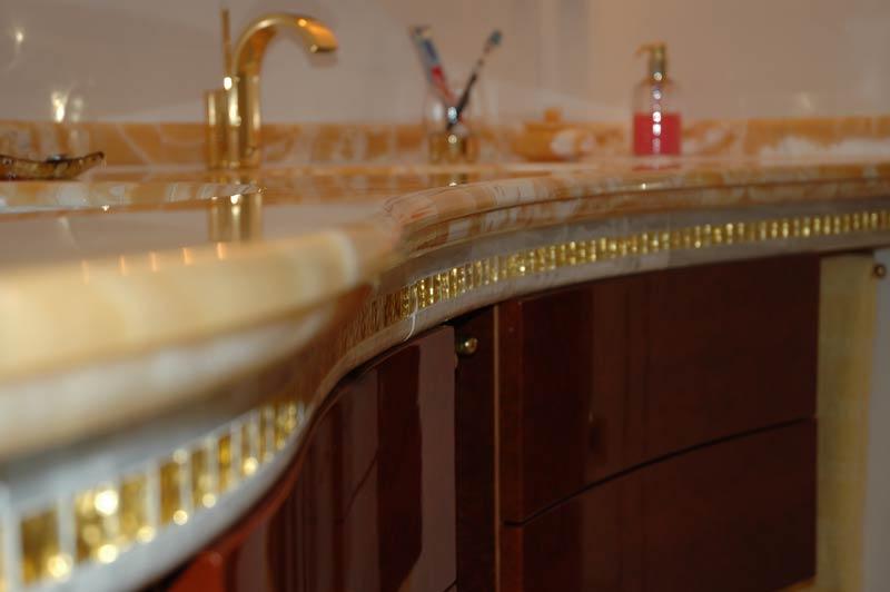 Waschtisch mit 24k Goldmosaik als Intarsien