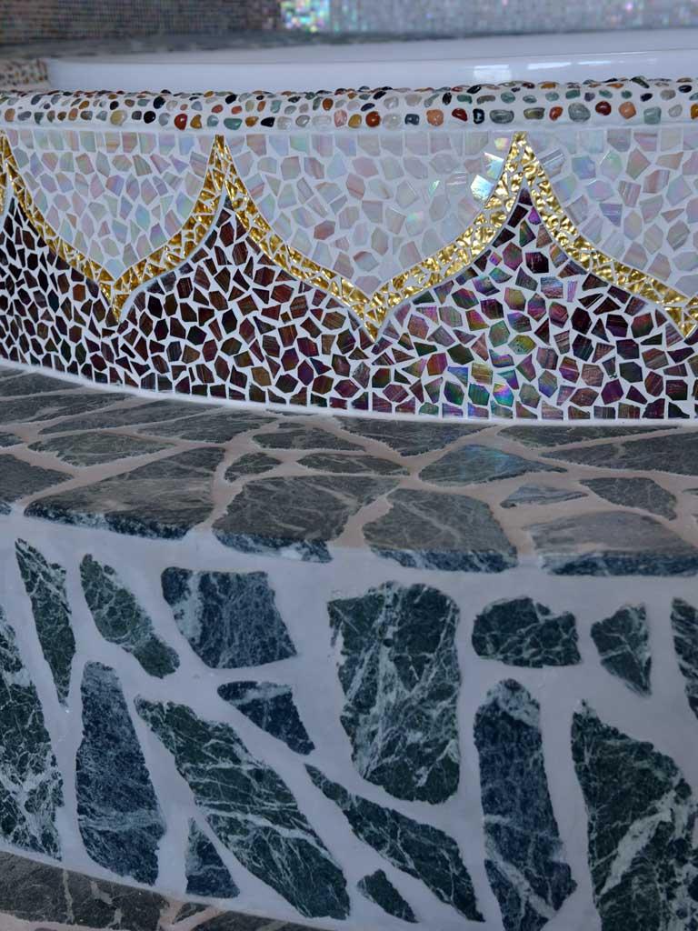 Wellnessbereiche: Whirlpool-Einfassung mit Lotusblumen (Tritt aus Serpentin)
