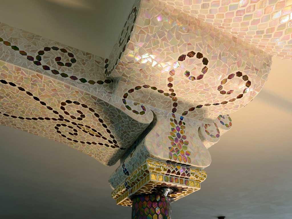 Wohnraumgestaltung: Goldmosaik und Glasmosaik in harmonischen Formen verlegt
