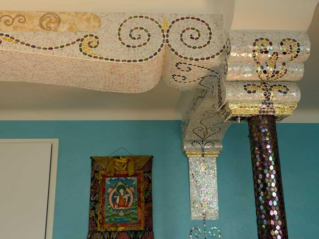 Wohnraumgestaltung: Deckenstütze, mit Mosaik verkleidet