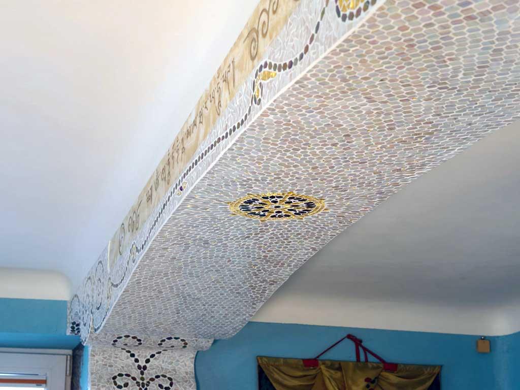 Wohnraumgestaltung: Einzelne, handverlegte Mosaikverkleidung