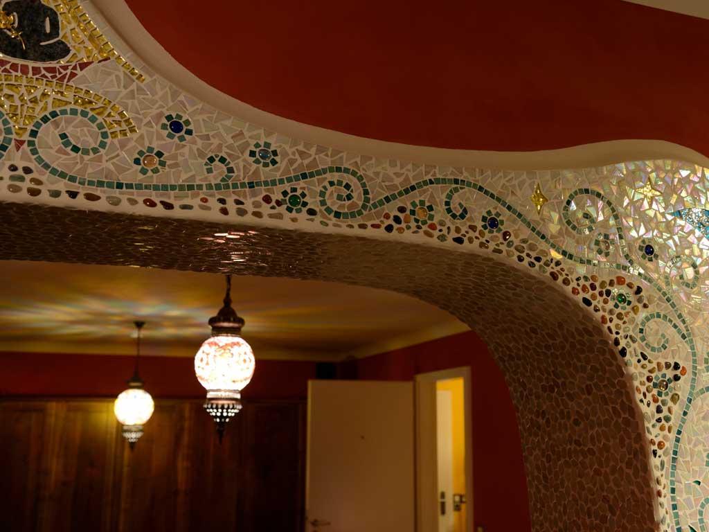 Wohnraumgestaltung: Türbogen mit Glasmosaik und Orientalischen Lampen