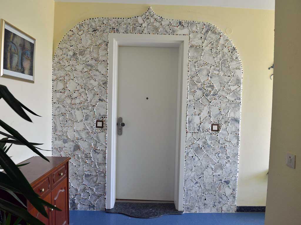 Wohnraumgestaltung: Eingangsbereich mit Bruchmarmor. Verfugung mit Halbedelsteinen