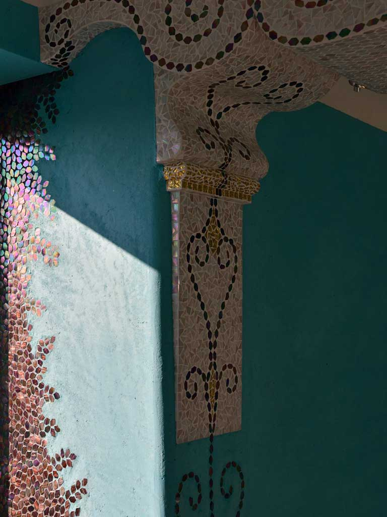 """Wohnraumgestaltung: Aus der Wand """"herauswachsendes"""" Kapitell mit einem - in organischen Formen, gelegtem Ornament"""