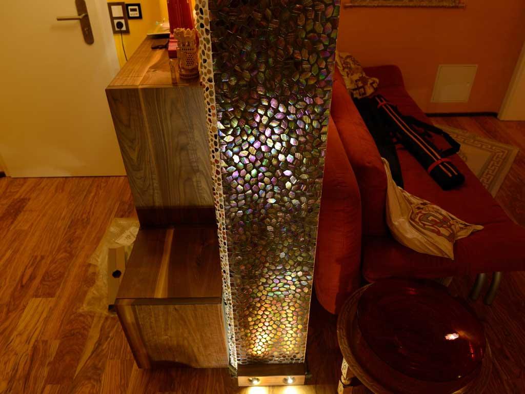 Wohnraumgestaltung: Durch Beleuchtung in Szene gesetztes Glasmosaik