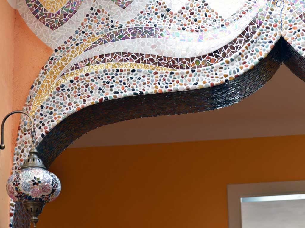 Wohnraumgestaltung: In organischen Formen gelegte Halbedelsteine