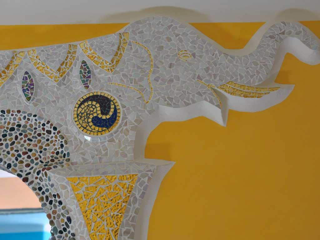 Wohnraumgestaltung: Elefantenkopf mit Glasmosaik / Goldmosaik