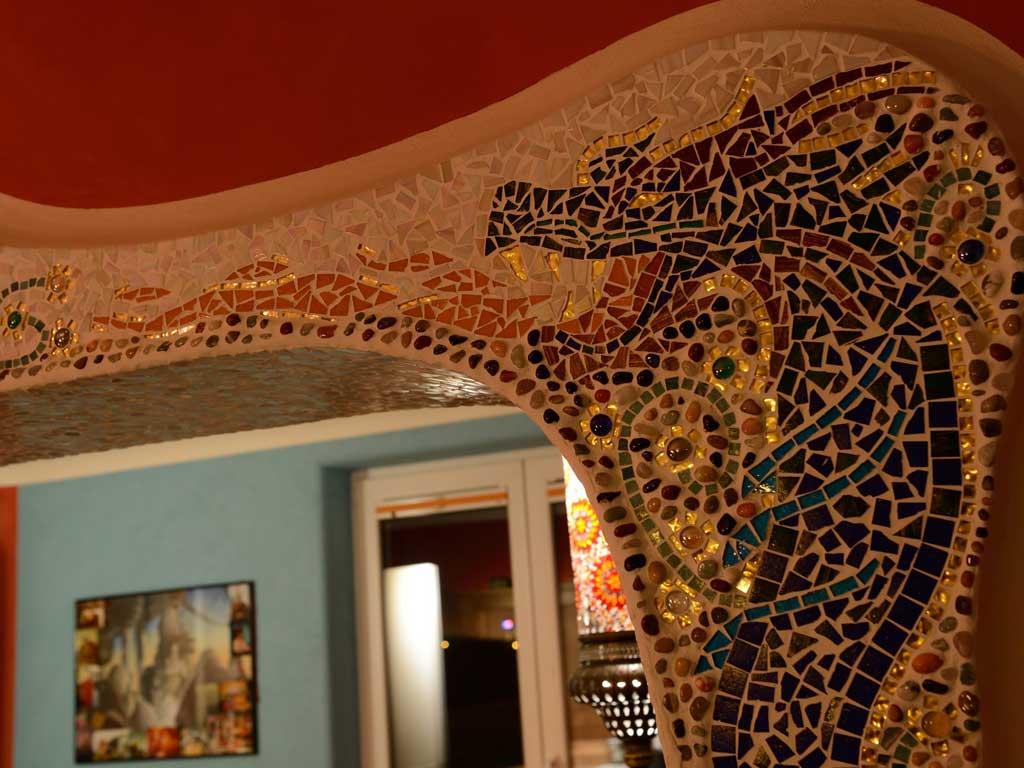 Wohnraumgestaltung: Ausdrucksstarker Drachenkopf in Mosaik