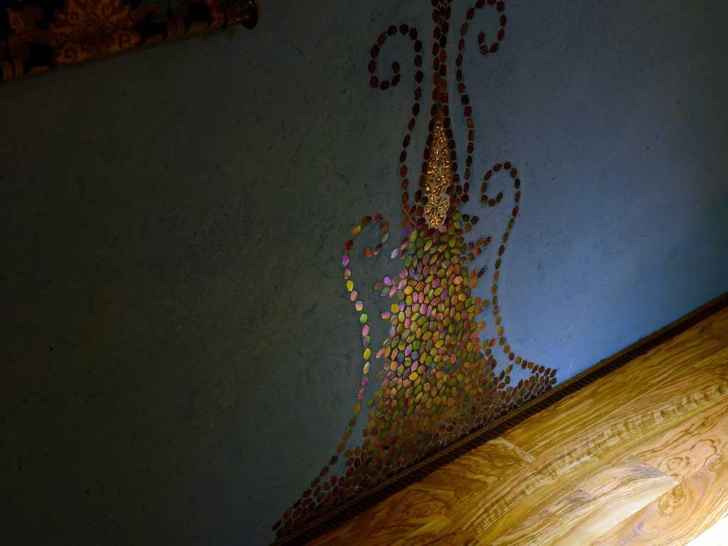 Wohnraumgestaltung: Wandornament mit handgebrochenem Glas- und Goldmosaik