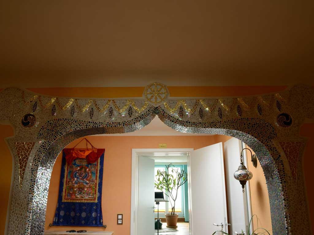 Wohnraumgestaltung: Tibetanischer Durchgangsbogen mit 7 Chakras